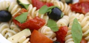 basilicumpastasalade met halfzongedroogde tomaatjes, 10 pers.