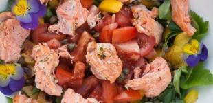 Gemengde salade met gebakken zalm