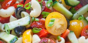 pastasalade met tomaat en komkommer