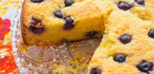 cake met verse kaas, limoen en blauwe bes
